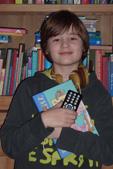 Foto van een jongen met een boek en een Daisy-lezer
